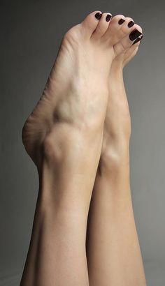 Mode Tutorial and Ideas Pretty Hands, Pretty Toes, Pretty Toe Nails, Feet Soles, Women's Feet, Sexy Legs And Heels, Sexy High Heels, Teen Feet, Barefoot Girls