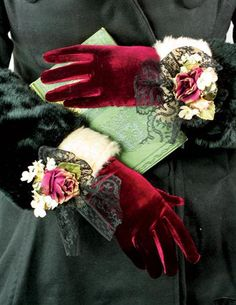 MADAME CLAUS GLOVES