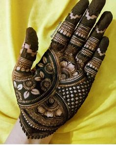 Mehndi henna designs are searchable by Pakistani women and girls. Women girls and also kids apply henna on their hands feet and also on neck to look more gorgeous and traditional. Henna Hand Designs, Dulhan Mehndi Designs, Latest Simple Mehndi Designs, Mehndi Designs Finger, Indian Henna Designs, Legs Mehndi Design, Stylish Mehndi Designs, Mehndi Designs 2018, Mehndi Designs For Beginners