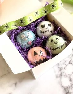 Bubble Bubble Toil and Trouble these hand painted bath bombs are so great they're to die for! Halloween is my favorite time of the year. It brings so much fun a Halloween Gift Baskets, Halloween Gifts, Halloween Themes, Halloween Party, Homemade Halloween, Halloween House, Halloween Bath Bombs, Kids Gift Baskets, Bath Bombs Scents