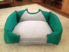 cama para perros hecha con una playera vieja