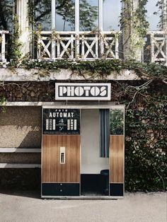 Retrouvez notre photobooth vintage aux Buttes Chaumont à Paris Photo Booth, Garage Doors, Paris, Vintage, Outdoor Decor, Home Decor, Pictures, Photo Booths, Montmartre Paris