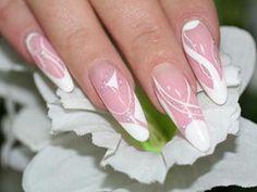 Manucure de mariage rose avec des ornements blancs