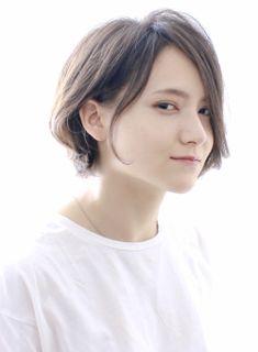 耳掛けするとショートっぽく、おろすとボブになるツーウェイスタイル。タレントの和田明日香さんのような健康的で快活な女性のイメージのスタイルです。服やシーンでアレンジがききます。長めの前髪やひし形のシルエットがハチ張りや骨格もカバーしてくれます。カラーはダメージレスでツヤのあるイルミナカラーで赤みをしっかり消したアッシュ系に。ハイライトを入れてあげるととても綺麗です。必要に応じて、パーマもオススメしています。ショート、ボブが得意です!! 今までのスタイルにしっくりきていなかった方是非ご相談ください。