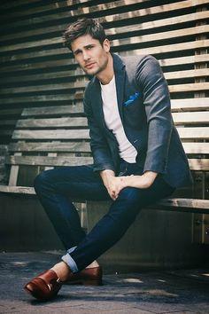 Calça jeans + camiseta branca + sapato + blazer para arrematar