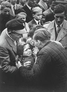 1956年 「Coming home from the war (戦争からの帰宅)」 ソ連によって解放されたドイツ人受刑者が、幼い頃以来合っていない娘と再会した写真。