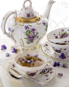 Beautiful violet chintz vhins tea set at tea time Café Chocolate, Tee Set, Teapots And Cups, Teacups, Cuppa Tea, Tea Service, My Cup Of Tea, Coffee Set, Coffee Break