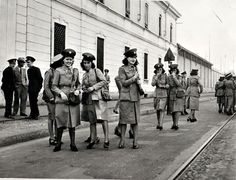 Milano 1941 Bigliettaie ATM all'esterno del deposito di Via Messina verso Via Cenisi