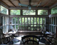 スリランカ、ベントタにあるジェフリー・バワが設計したルヌガンガの客室棟の窓。コンクリートのピロティで持ち上げら...
