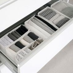 of the most satisfying, calming draws Ive ever set eyes on : image from roomclipjpOne of the most satisfying, calming draws Ive ever set eyes on : image from roomclipjp How to Organize Your Scarves Bedroom Organisation, Small Closet Organization, Organization Hacks, Organizing, Dresser Drawer Organization, Minimalist Closet, Minimalist Bedroom, Minimalist Home, Organiser Son Dressing