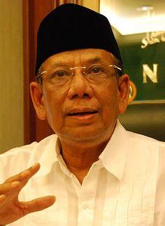 KH Hasyim Muzadi menghembuskan nafas terakhirnya pagi ini (16/3/17). Tokoh Nahdlatul Ulama itu wafat di usia 72 tahun.
