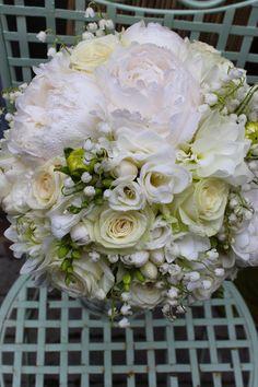 Biela svadobná kytica s konvalinkami, ružami a fréziami