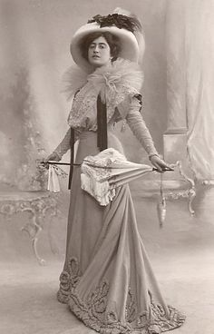 Victorian Fashion photos and historical trends in fashion through history.