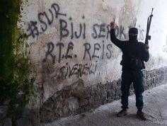 BİJİ SEROK ERDOĞAN  Sur'da güvenlik güçleri terör örgütünü süpürme operasyonlarını kararlılıkla sürdürürken, bir özel harekat polisi 'Biji serok R.T.E reis' yazılı duvarın önünde p...