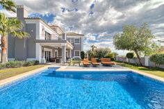 Status: For Sale Type: Villa Price:€ 1.395.000 Plot:1.095 M2 Built:270 M2 Terraces:+ terraces M2 Bedrooms:4 Bathrooms:4,5 Nicely located quality villa, south to west facing with mountain- and…