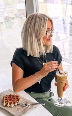 20 Populer Short Hairstyle You Should Try - Wavy Bob Hairstyles Hairstyle Populer short Caramel Blonde Hair, Blonde Balayage, Medium Hair Styles, Curly Hair Styles, Blonde Hair Looks, Short Bob Hairstyles, African Hairstyles, Blunt Bob Haircuts, Blunt Haircut