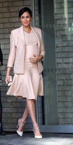 Meghan Markle wears dress and jacket by Brandon Maxwell, pumps Aquazzura and clutch by Carolina Herrera / на Меган Маркл платье и жакет от Brandon Maxwell, лодочки Aquazzura и клатч бренда Carolina Herrera Prinz Harry Meghan Markle, Meghan Markle Prince Harry, Prince Harry And Megan, Meghan Markle Outfits, Meghan Markle Photos, Meghan Markle Dress, Estilo Meghan Markle, Meghan Markle Style, Estilo Real