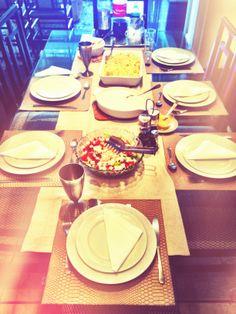 Almoço de sábado da Rosa, com o caminho de mesa Linen e os jogos americanos Python. Delícia! www.704home.com.br