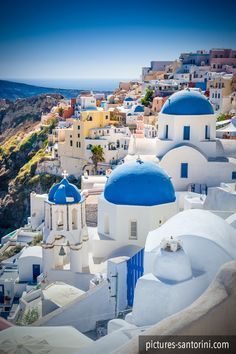 One of the most famous views in Santorini: The picturesque village of Oia. Santorini Greece, Mykonos, A Whole New World, Beautiful Islands, Holiday Destinations, Taj Mahal, Landscape, Pictures, Photos