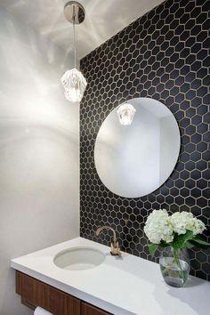 Idée décoration Salle de bain Tendance Image Description carrelage hexagonal pour mur en noir et petite salle de bain avec miroir rond