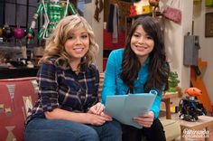 Miranda Cosgrove and Jeanette McCurdy screenshoot from iCarly - http://celebs-life.com/?p=38451