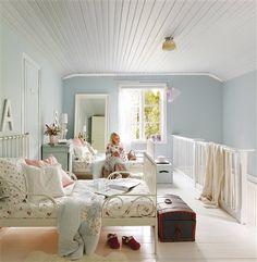 Dormitorio de niña Ikea en tonos blancos y celeste