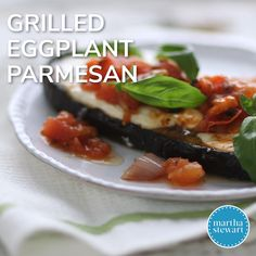 This recipe, which you can have on the dinner table in 35 minutes, gives a nod to classic eggplant parmesan but makes it healthier without losing any flavor. Spinach Recipes, Vegetable Recipes, Meat Recipes, Vegetarian Recipes, Chicken Recipes, Grilled Eggplant Recipes, Vegetarian Grilling, Quick Recipes, Grilling Recipes