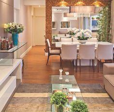 Sala arrumada com flores e plantas. O clima fica diferente, né? Super tranquilo!