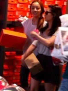 KARA ハラ&スンヨン、日本の靴屋で仲良くショッピング