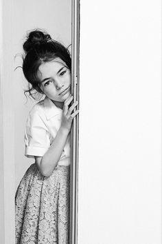 petite fille derrière un mur (lace skirt x)