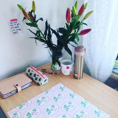 """Ein sauberer Arbeitsplatz ist der erste Schritt in Richtung Produktivität - Queen Blair Waldorf Oke keine Ahnung ob sie das wirklich gesagt hat aber das könnte tatsächlich von ihr kommen! Ich habe gestern auch in hübsche Blumen investiert damit ich auch """"gerne"""" am Schreibtisch sitze und lerne. #studytipsbycaro #studylikegranger #eherlikelongbottom  #filofax #filofaxerei #filofaxlove #filofaxnude #filofaxaddict #filofaxdeutschland #desk #plannergirl #plannernerd #planneraddict #plannerjunkie…"""
