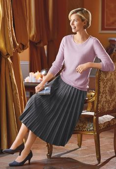 Virtuous Christian ladies that love wearing nice pleated skirts, or pleated dresses, as part of their nice, feminine, and proper attire. Big Fashion, Retro Fashion, Fashion Styles, Modest Fashion, Vintage Fashion, Fashion Tips, Accordion Skirt, Proper Attire, Fashion Silhouette