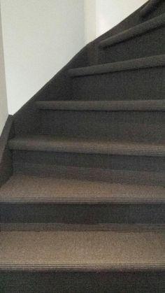 Een trap bedekt met sisal vloerbedekking.