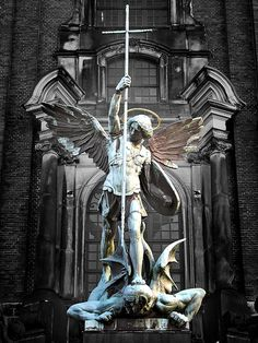 São Miguel Arcanjo, defende-nos no combate contra os príncipes e as potestades, contra os dominadores deste mundo tenebroso e contra os espíritos malignos espalhados pelos ares