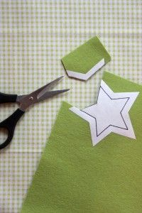 working with felt - cut out the pattern on freezer paper leaving about a outside the drawn line; iron the pattern to the wrong side of the felt (avoid craft felt) Fabric Crafts, Sewing Crafts, Sewing Projects, Felt Projects, Art Crafts, Do It Yourself Baby, Techniques Couture, Felt Embroidery, Felt Food