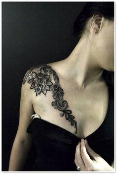 tattoo dentelle épaule et pongeant clavicule sur poitrine
