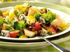 En ypperlig salat som egner seg til lunsj eller som lett middag. Forfriskende søtt og mystisk.Kilde: Opplysningskontoret for frukt og grønt. Foto: Astrid Hals Cobb Salad, Mango, Food, Manga, Essen, Meals, Yemek, Eten