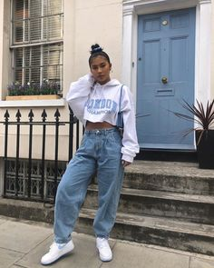 Streetwear aesthetic sunburned tan blue mom jeans Levi's Air Force Edgy Outfits, Cute Casual Outfits, Fashion Outfits, Urban Outfits, 90s Hip Hop Outfits, Sneakers Fashion, Casual Ootd, Fashion Shirts, Women's Sneakers