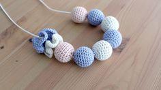 Collar de lactancia con bolas de crochet