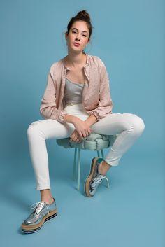 Look calça skinny sarja branca Ateliê de Calças com flatform e jaqueta bomber.