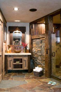 salle de bain rustique: pierre, bois et fer