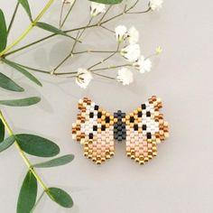 Maintenant qu'il s'est posé sur @atelierbymartine, je peux vous montrer son petit papillon signature #perlezmoidamour #perlezmoi #jenfiledesperlesetjassume Seed Bead Jewelry, Seed Bead Earrings, Beaded Jewelry, Peyote Stitch Patterns, Beading Patterns, Art Perle, Motifs Perler, Bead Loom Bracelets, Peyote Beading