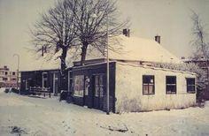 Langenholterweg 97, Zwolle 1966/1967 -In 1933 begon A.J. Rigter met zijn rijwielhandel in het schuurtje van buurman Van der Molen. De familie woonde al enige jaren aan de Langenholterweg. Hun huis had één deur, geen wc, wel een tonnetje, geen waterleiding, maar wel een pomp.In 1965 neemt Gait de fietsenzaak van zijn vader over. Janus Rigter bleek ernstig ziek, en overleed in 1966. bijdrage van de hr. G. Rigter