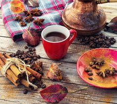 Coffee in the fall - Cup of black coffee on background with warm blanket strewn with autumn leaves Coffee Art, My Coffee, Coffee Time, Tea Time, Autumn Tea, Autumn Leaves, Pause Café, Tea And Books, Fall Drinks