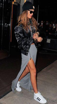 Rihanna usa jaqueta bomber preta com saia de fenda cinza Mais