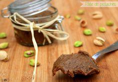Voici la recette de pâte de pistache de Pierre Hermé. Cette pâte peut se manger en tartinade ou servir à la réalisation de gâteaux, entremets, mousses etc... Ingrédients : (pour un pot d'environ 300g) 250g de pistaches non salées 35g d'eau 125g de sucre...