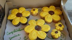 Could put one flower cupcakes) on a plate and sell the group. Cupcake Cake Designs, Cupcakes Design, Cute Cupcakes, Cupcake Cookies, Spring Cupcakes, Sunflower Cupcakes, Sunflower Party, Pull Apart Cupcake Cake, Pull Apart Cake