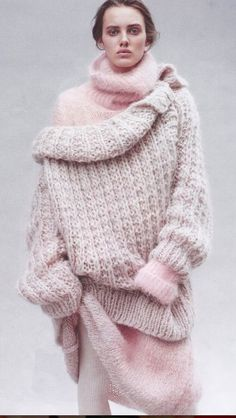 Sweater trends for fall - Take a look at this roundup of knitted sweaters you need right now and get fall outfit ideas for women. Knitwear Fashion, Knit Fashion, Look Fashion, Winter Fashion, Fashion Design, Fashion 2018, Pastell Fashion, Pull Mohair, Look Rose
