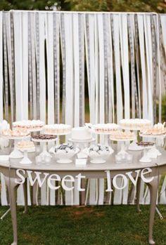 Een backdrop met verschillende soorten witte linten is luchtig en classy!