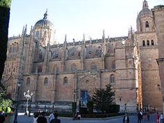 Catedral Nueva de Salamanca.  es una de las dos catedrales de la ciudad de Salamanca, en España, junto a la Catedral Vieja. Es la sede de la Diócesis de Salamanca. Fue construida entre los siglos XVI y XVIII básicamente en dos estilos: gótico tardío y barroco. se construyó entre 1513 y 1733 conservando la vieja.Durante casi todo el siglo XVII las obras estuvieron paradas y se retomaron de nuevo en el XVIII